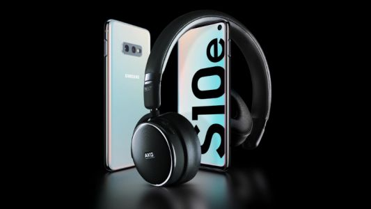 Get a SIM-free Samsung S10e and free headphones from £319 with this brilliant deal