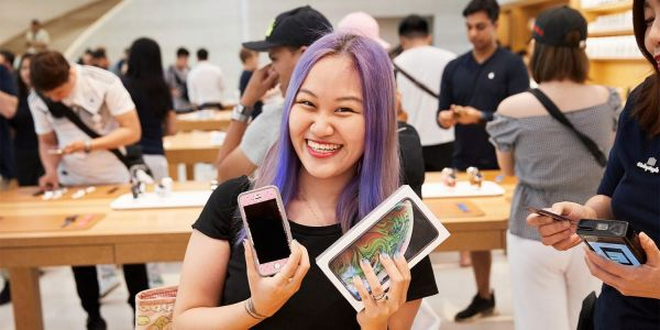 Apple shares photos of customers trying and buying iPhone XS & Apple Watch Series 4