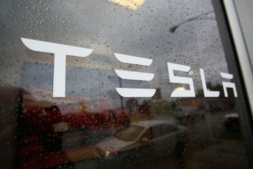 """Tesla, accused of improper worker-safety reports, calls news site """"extremist"""""""