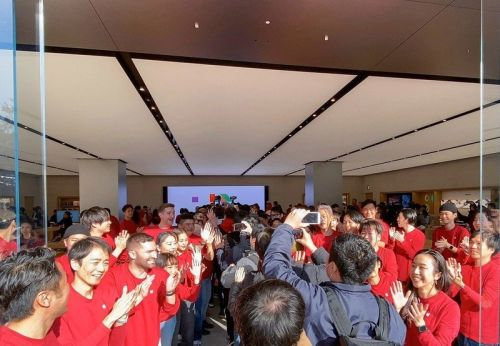New Apple Stores open in Kawasaki and Toronto