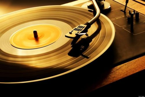 RIAA Claims That CDs & Vinyl Are Outselling Digital Music Downloads