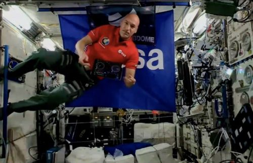 Astronaut unites the universe through music using the djay app in space