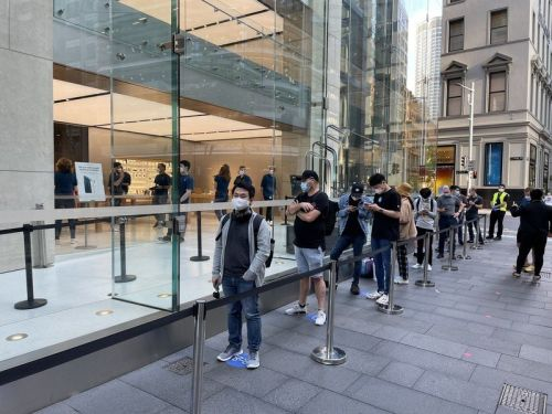 First customers in the world start to receive their iPhone 12 and 12 Pro