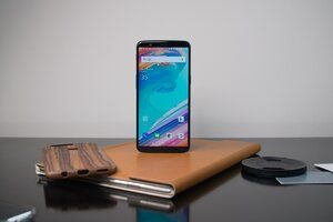 The ancient OnePlus 5 and OnePlus 5T get modern Android 10 goodies